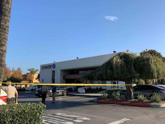 天普市(Temple City)的Las Tunas大道的大通銀行(Chase Bank)9日遭搶案,現場經警方封鎖。(記者王子銘╱攝影)