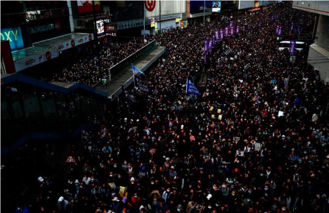 香港民陣稱「國際人權日」大遊行共有80萬人參與遊行。而香港警方則指出,最高峰時有18.3萬人。(路透)