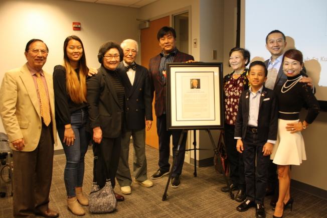 郭智化、駱文惠夫婦(左三、四)與美華協會理事及會員們合影。(記者林昱瑄/攝影)