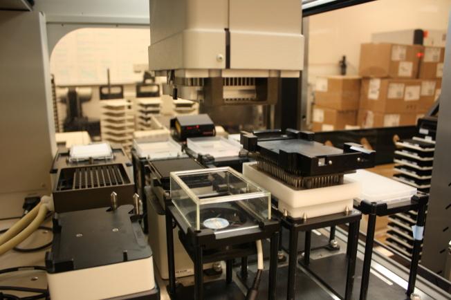 愛默蕾大學化學生物研發中心(Emory Chemical Biology Discovery Center) 具有一流的高速化合物篩選(High Throughput Screening)以及高内涵藥物篩選技術(High Content Screening)平台,擁有全美學術機構少有的整合操作機械手系統(robotics systems),可加速藥物研發。(記者林昱瑄/攝影)