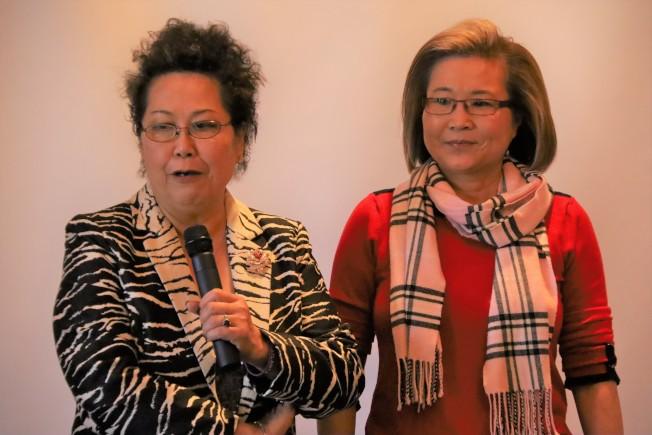 袁曉明(左)及周曉燕捐款給亞城世華。(記者陳淑玲/攝影)