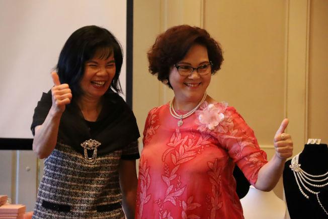經過許淑晶示範改變Grace Lai (左)和鄭月(右)的飾品,達到亮眼的形象效果。(記者陳淑玲/攝影)