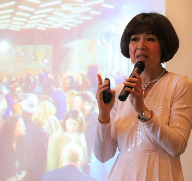 凱薩琳時尚藝術學院院長許淑晶解釋如何在大型宴會場所製造印象。(記者陳淑玲/攝影)