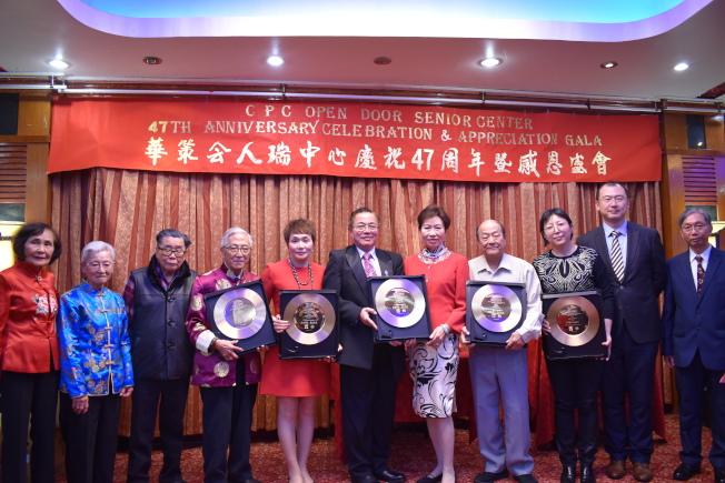 華人策劃協會人瑞中心9日在曼哈頓華埠舉辦「慶祝成立47周年感恩盛會」,頒發感謝狀給多位社區人士、企業家。(記者顏嘉瑩/攝影)