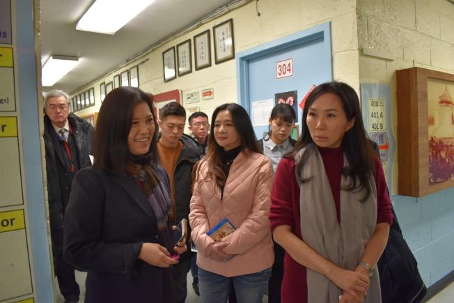 李佳芬(右)參觀華僑學校,圖左為僑校校長王憲筠。(記者顏嘉瑩/攝影)