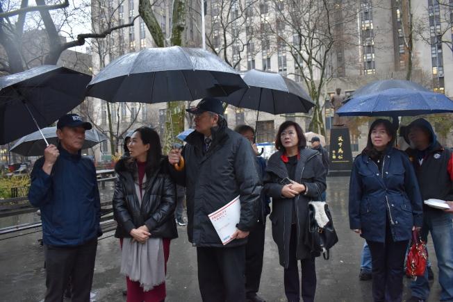 李佳芬在國民黨美東支部成員的陪同下,到中山廣場向國父銅像致意。(記者顏嘉瑩/攝影)
