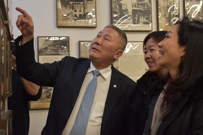 伍銳賢(左)向李佳芬(右)介紹牆上照片內容。(記者顏嘉瑩/攝影)