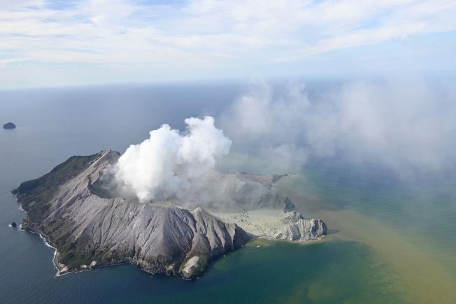 紐西蘭懷特島火山9日下午2時11分(美東時間晨8時11分)突然噴發。圖為懷特島火山爆發的空拍照。(美聯社)