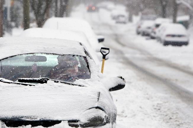 南下的北極冷空氣9日起導致全國許多地區氣溫驟降,北方各州和中西部的北方地區的氣溫將降至華氏零度以下,明尼蘇達州大部分地區在12月中旬有如墜入冰窖,東岸地區未來數日預計降溫25度。圖為麻州新貝福德路上遍布積雪。(美聯社)