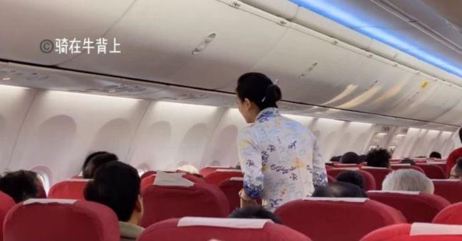 因兩名乘客的親人過世要求下機,海南航空開始滑行的航機調頭滑回,引發網友論戰。(視頻截圖)