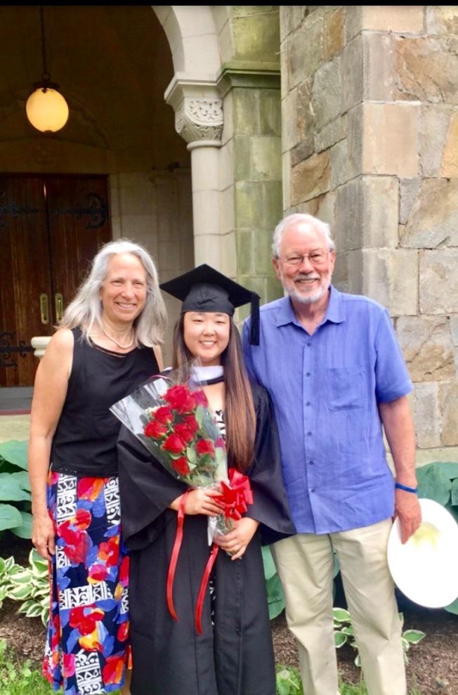 瓦薩學院畢業典禮,梅妮和養父母全家歡慶。(校友梅妮提供)