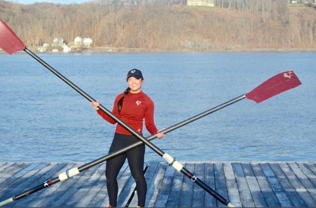 梅妮(Lianne May)加入瓦薩學院劃艇隊在哈德遜河上參加晨訓。(校友梅妮提供)