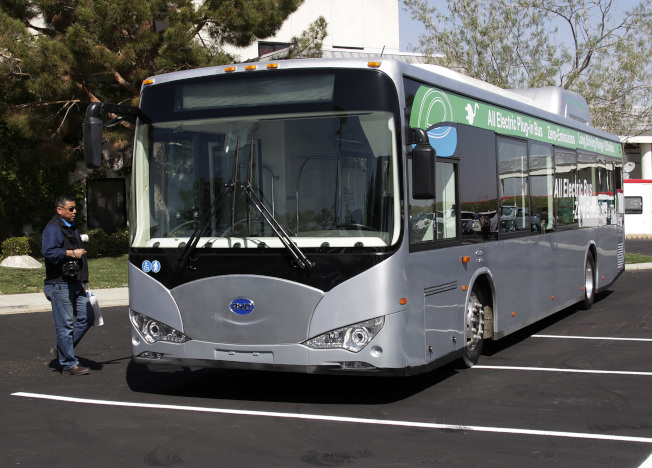 美國國會的國防授權法案將禁用中國大陸的巴士和列車。圖為中國比亞迪的電動巴士。美聯社