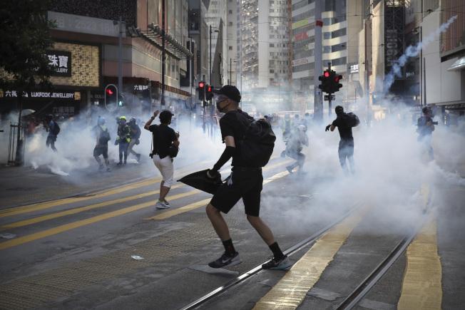 香港警方使用催淚彈的規模和數量,被指如同「軍事行動」。(美聯社資料照片)