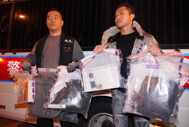 香港警方9日晚在灣仔皇后大道東華仁書院附近發現可疑土製炸彈。警方爆炸品處理課人員到場處理。(中通社)