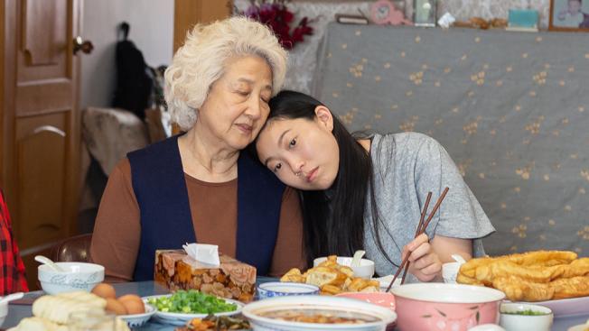 全華裔陣容、講述美籍華裔移民回中國探親的電影「別告訴她」也入圍了最佳外語片和音樂喜劇類最佳女主角獎。(圖:A24提供)