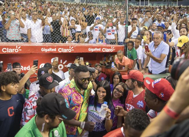 槍擊事件後,紅襪隊傳奇球星「老爹」歐提茲(戴墨鏡者)首度在多明尼加公開活動中亮相。(美聯社)