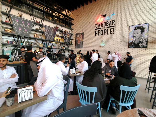 沙國胡拜爾一家新開張的咖啡店,男女同坐一室。(路透)