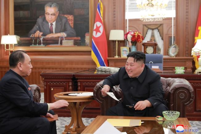 金英哲(左)是北韓領導人金正恩(右)左右手。(歐新社資料照片)