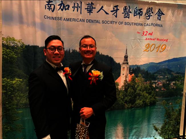 黃添裕(左)將接替王安國,擔任南加州華人牙醫師學會新會長。(記者張越/攝影)