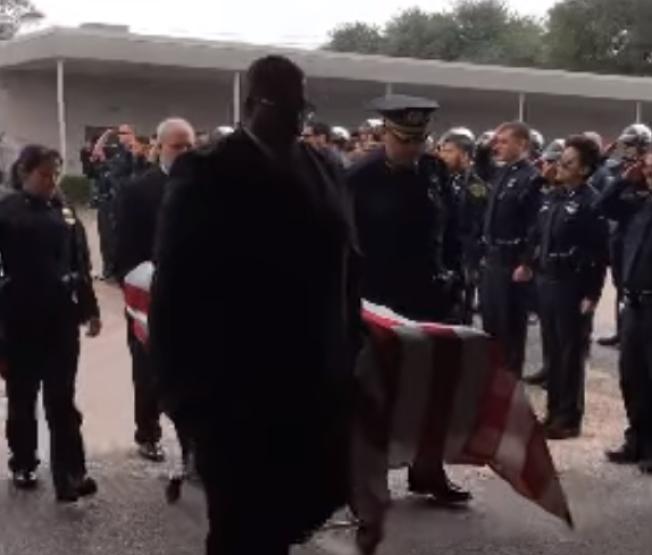 魯斯特出殯,棺木覆國旗,員警列隊致敬。(臉書)