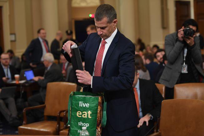 共和黨調查顧問卡斯特9日作證時,自帶超市購物袋,而非律師用的公事包,在網路上引起熱議。(美聯社)