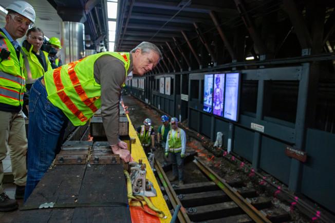 MBTA安全審查報告稱,MBTA縮緊預算、加快基建進度對運作有害,助長「安全不是首要重點」的文化。圖為州長貝克視察MBTA市中心地鐵站整修進度。(麻州州長辦公室提供)