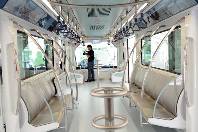 澳門輕軌每輛列車共有兩節長12米的車廂,日後可因應乘客的增長,最多增加至四節車廂。(新華社)