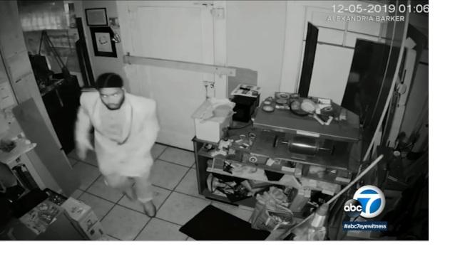 柯斯塔梅沙一家珠寶店日前遭劫,嫌犯並綁架、毆打店主。(ABC 7)