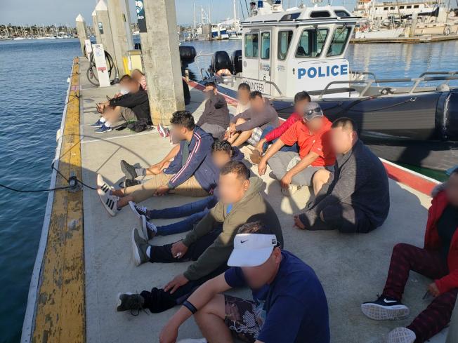 執法人員抓獲13名搶灘橙縣海灘非法進入美國的偷渡客,包括兩名中國公民。(CBP提供)