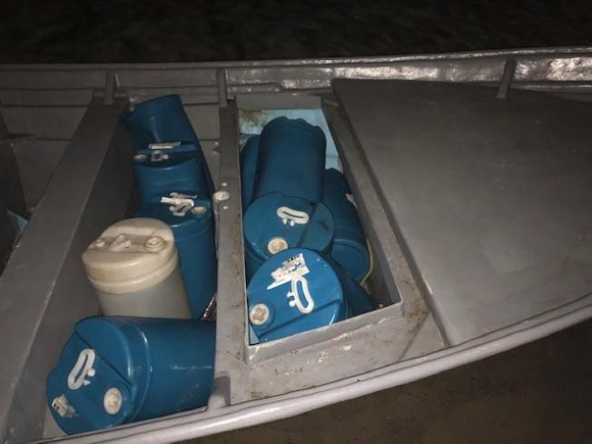 偷渡者乘坐的漁船船艙內。(CBP提供)