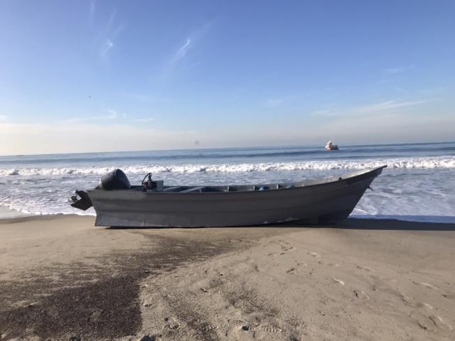 偷渡者喜歡乘坐的墨西哥漁船,後部裝有發動機。(CBP提供)