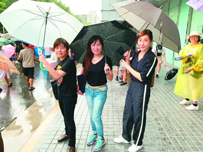 圖為立法院長蘇嘉全辦公室主任張嘉玲臉書貼出與楊蕙如(左)、台北市前議員顏聖冠(右)遊行的合影照片。(取材自臉書)