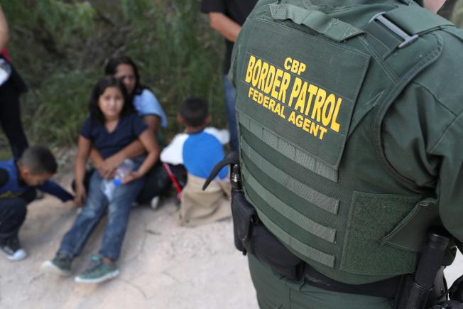 在美墨邊界逮捕的移民自5月以來下降75%,為近年來最大跌幅之一。圖為邊界巡邏隊逮捕一批無證客。(Getty Images)
