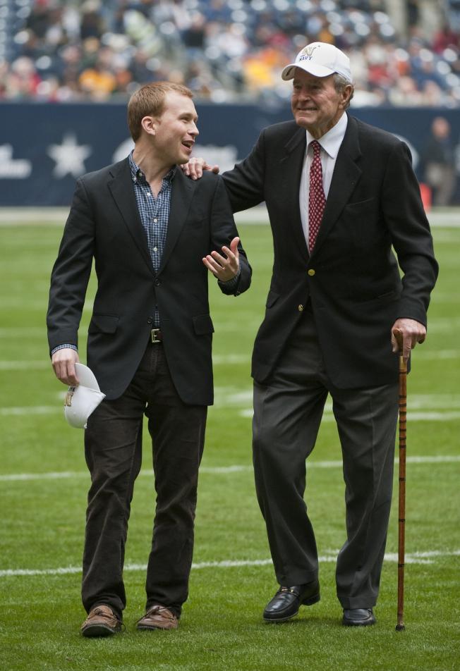 已故前總統老布希(右)之孫-皮爾斯‧布希(左)9日宣布在休士頓選選參選國會眾議員。(美聯社)