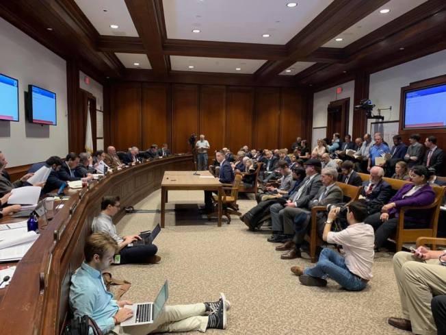 上周麻州議會交通聯合委員會會議上,參議員克萊頓提出多項交通改善提案。(取自克萊頓推特)
