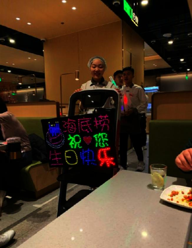 中國知名連鎖火鍋品牌海底撈素來以「肉麻式服務」聞名,特別是在店內吃鍋慶生的壽星,店家不僅會拿出閃爍著生日快樂的燈牌,還會齊聚為顧客大唱生日快樂歌。(取材自觀察者網)