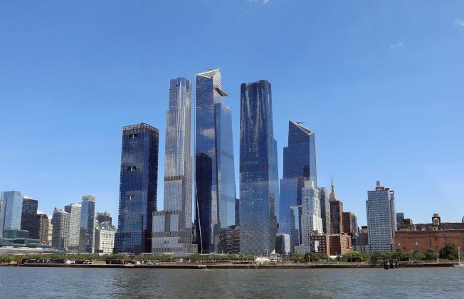亞馬遜已與曼哈頓西部的哈德遜園區簽約,租用33萬5000平方呎的辦公空間,將容納1500多名員工。圖為哈德遜園區多棟新大樓。(Getty Images)