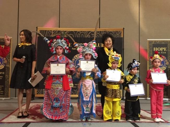 洛杉磯京劇學校的孩子們日前在社區活動上表演京劇「扈家莊」,獲得表彰。(記者楊青╱攝影)