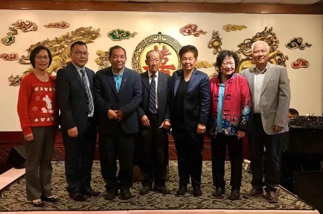 黃美霞(右三)、林社潮(左二)搭檔競選2020年羅省中華會館正副監事長。(主辦方提供)