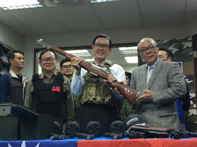 馬英九10日上午到立委參選人林郁方競選總部,與林一同體驗玩具槍射擊,大秀槍法。(記者郭頤/攝影)