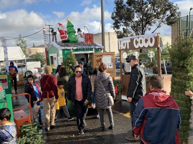 家得寶(Home Depot)民眾採購耶誕樹大排長龍。(記者王子銘/攝影)