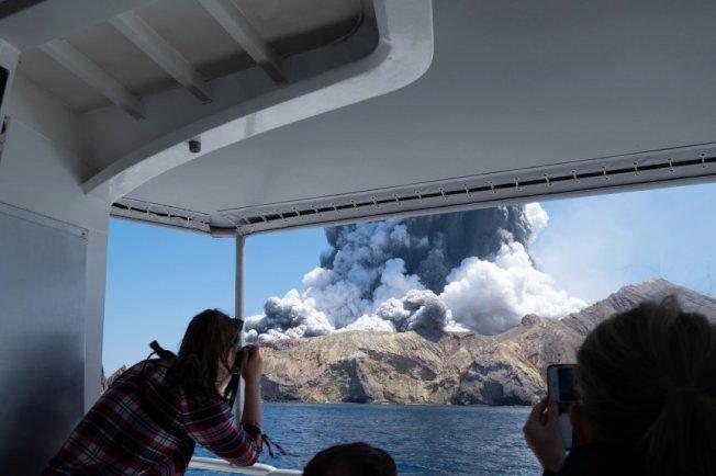 紐西蘭驚傳火山爆發,灣區一家人死裡逃生。(取材自推特)