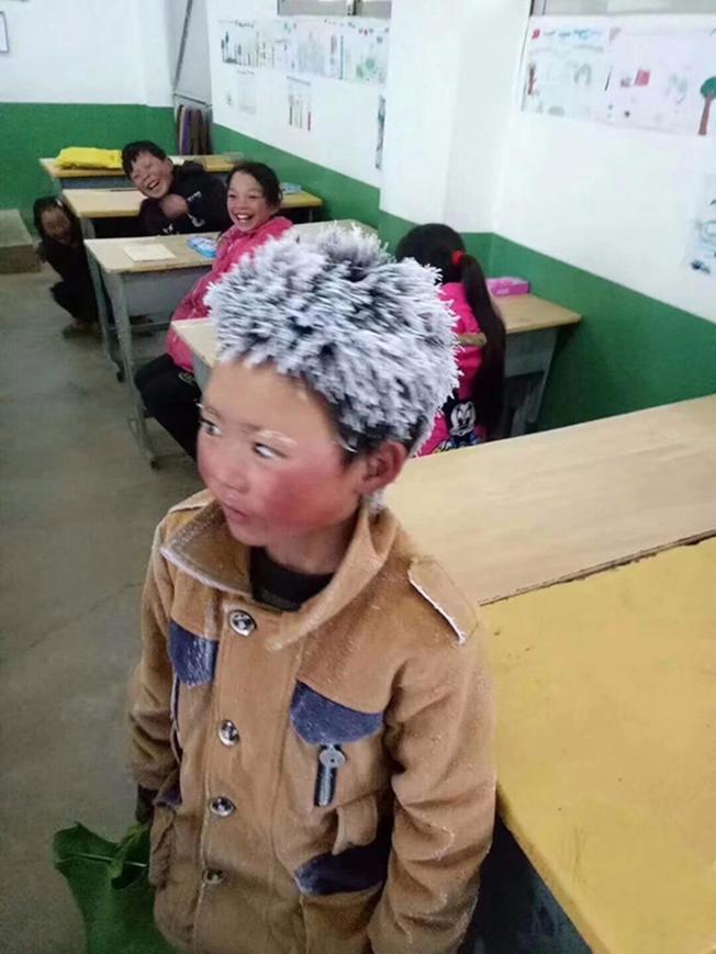 王福滿2018年曾因一張頭頂風霜上學的照片引發熱議,被網友稱作「冰花男孩」。「冰花男孩」近日則因其家申請貧困戶被拒再引關注。(取材自微博)