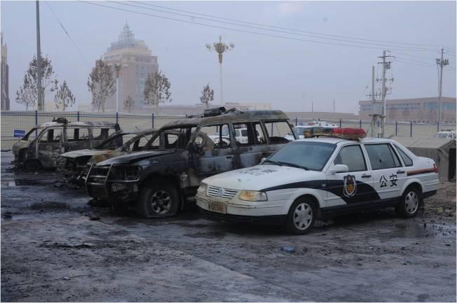 中共官方日前公布有關新疆打擊恐怖主義的資料,但批評國際媒體絲毫不予報導,有偏差。圖為2013年12月30日,9名暴徒向新疆莎車縣公安局院內投擲爆炸裝置,縱火燒燬院內車輛,使用自製輪式發射器襲擊辦公樓。公安機關果斷處置,擊斃、擊傷抓獲多名暴徒,查繳爆炸裝置及自製輪式發射器、大刀、匕首等涉案物品。(新華社)