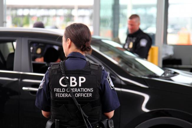 聯邦海關和邊境保護局探員在聖地牙哥美墨邊界,查獲躲在搬家卡車中查獲11名中國偷渡客。(USCBP網站)