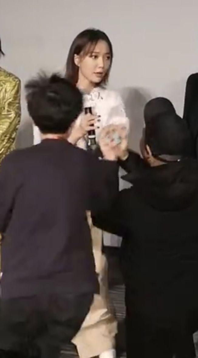 王珞丹被粉絲下跪求婚,當場嚇到臉色鐵青。(視頻截圖)