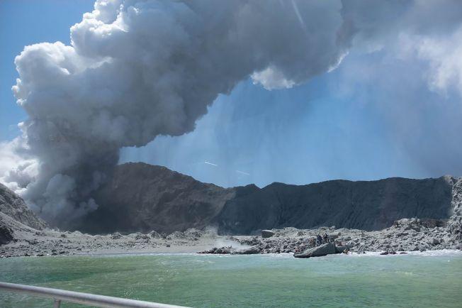 紐西蘭海外離島懷特島火山9日下午2時11分(美東時間晨8時11分)突然噴發,造成島上遊客至少13死亡。(歐新社)