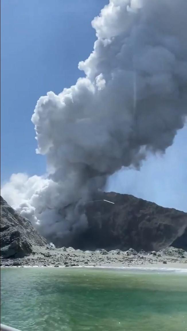 紐西蘭懷特島火山9日下午2時11分(美東時間晨8時11分)突然噴發,中國駐紐西蘭大使館10日說,經與紐西蘭政府確認,罹難者中有中國遊客。(歐新社)