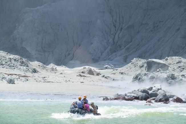 圖為懷特島上的民眾嚇得跳上小艇,奪命而逃。(歐新社)